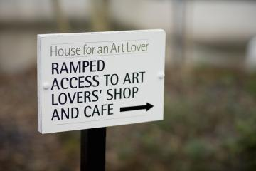 Ramp access sign (VisitBritain)